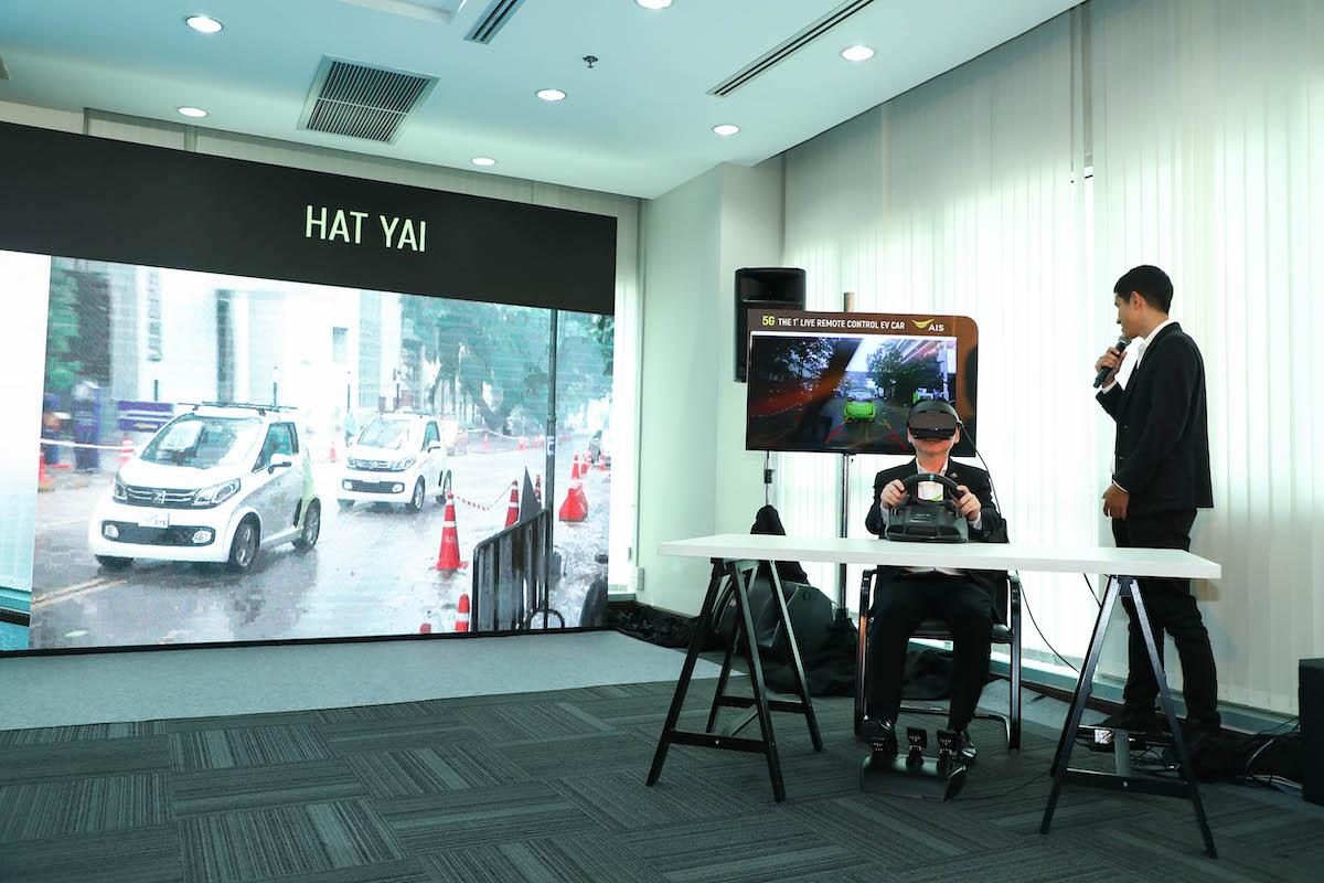 Pic 04 นายสมชัย CEO-AIS สาธิตนวัตกรรมการสื่อสารระหว่างรถต่อรถ (V2V) สั่งขับจากกทม.-สงขลา
