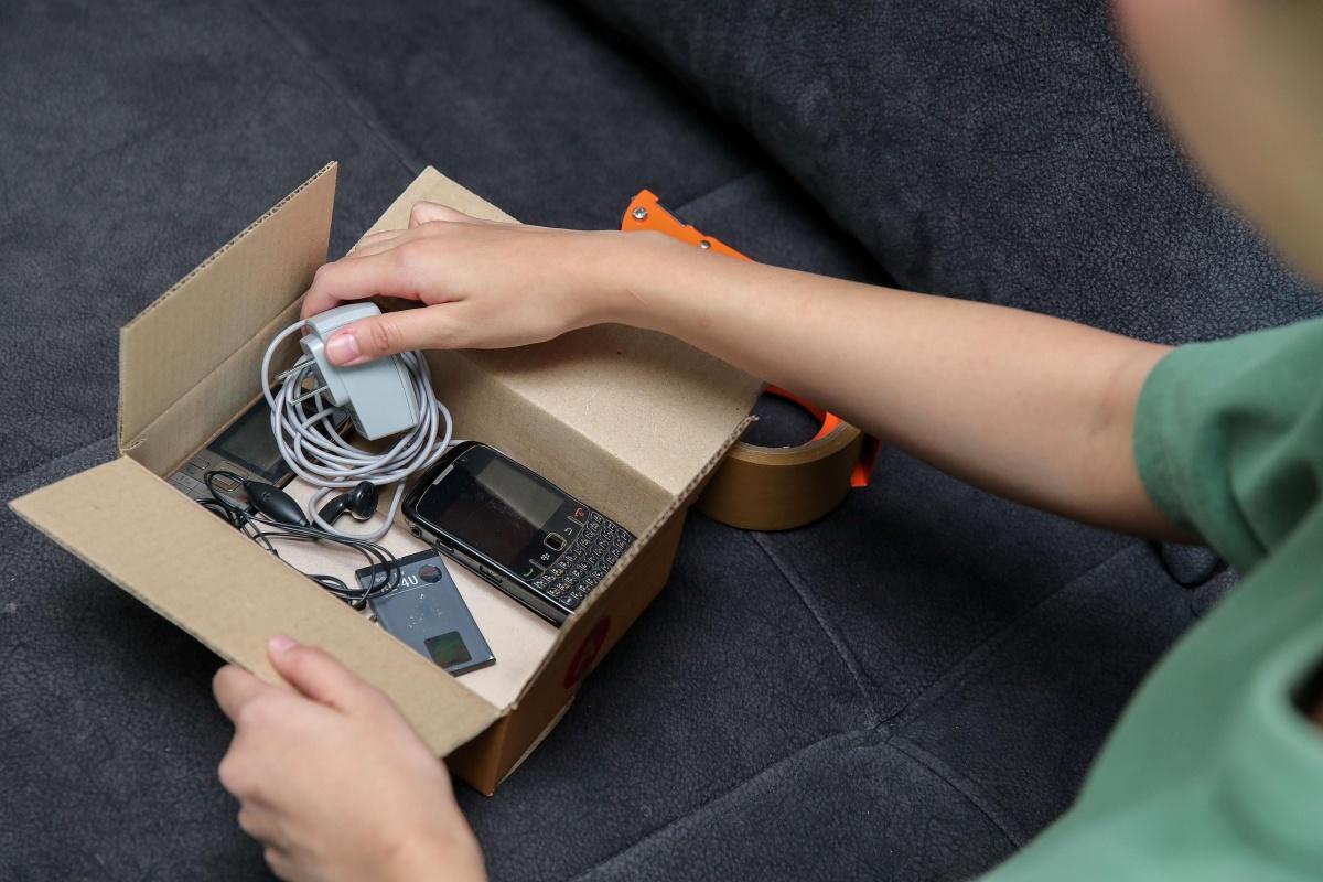 210215_Pic 01 รวบรวมขยะอิเล็กทรอนิกส์ใส่กล่อง ก่อนฝากทิ้ง กับพี่ไปรษณีย์…